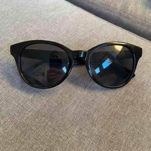 Snygga svarta solglasögon från hm tror jag. Frakt 40kr