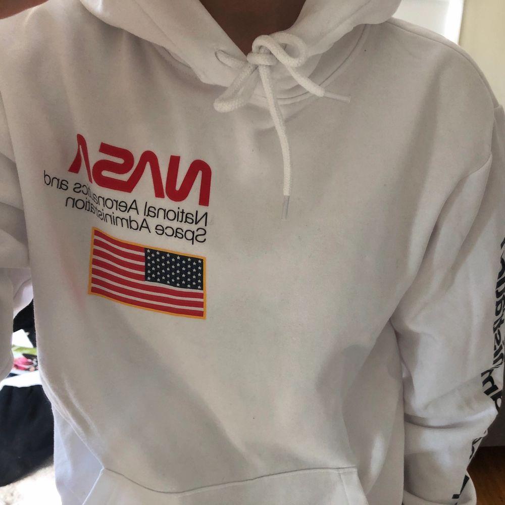 Säljer min hoodie från H&M, är i nyskick då den är använd 1 gång, är köpt på killavdelningen❤️ priset kan diskuteras, frakt ingår ej❤️. Huvtröjor & Träningströjor.