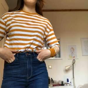 En basic randig långärmad tröja från Hm. Köparen står för frakten🥰