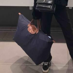 """Den perfekta """"weekend väskan"""" från Longchamp. Köpt i Palma för ca 1900kr. Väskan är i superfint skick, endast använd 5 gånger. Inga märken eller spår av användning!"""