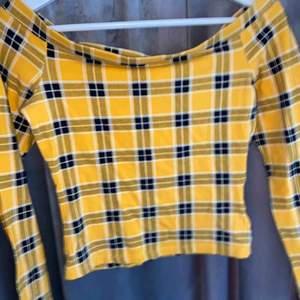 Gul off shoulder tröja med rutigt mönster. Jag säljer den nu då jag inte använder den längre, den är i superfint skick o fungerar till många olika tillfällen.