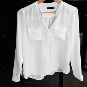 En så så fin vit blus- i dunder kvalitet, den är använd en gång. Är köpt på MQ, kollektionen heter stockholm LM.   I perfekt skick, letar man efter en elegant vit blus att stoppa innanför kostymbyxan- då har man hittat rätt! 🧡🤍🧡  🤍Tar emot bud 🤍