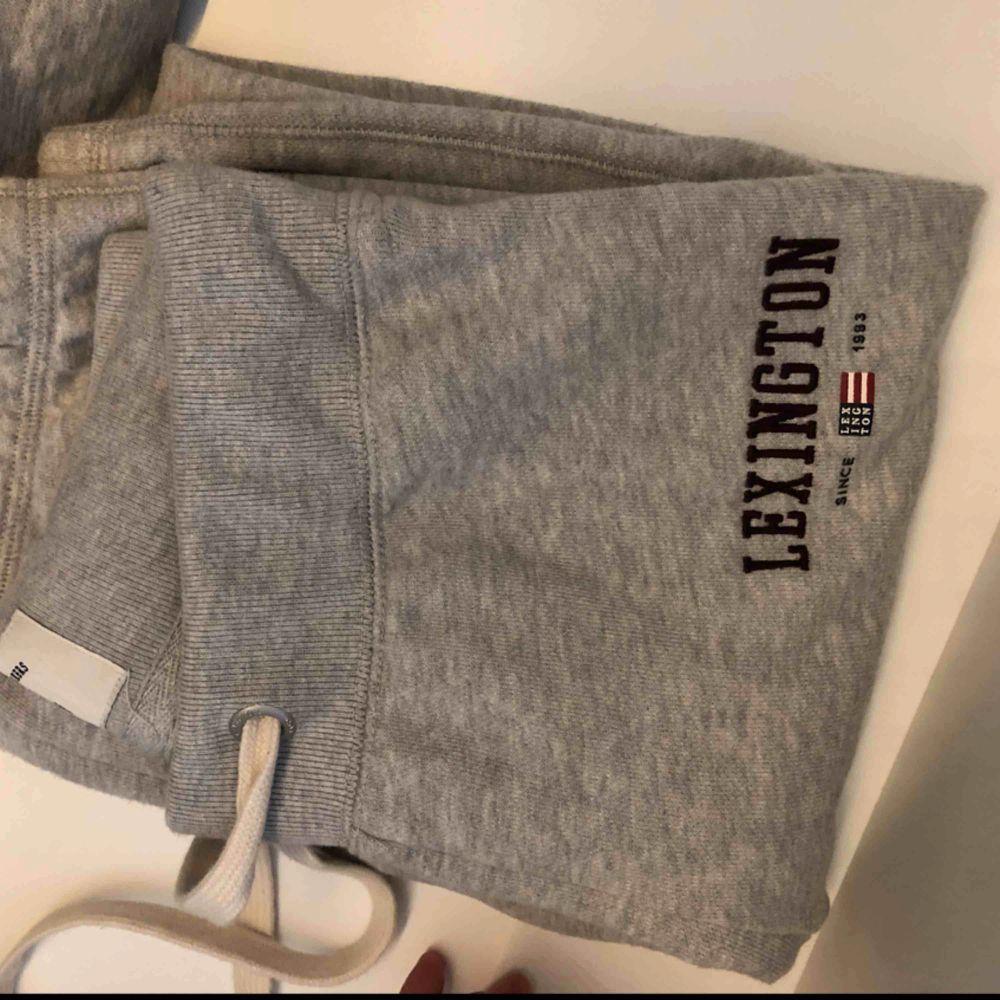 Lexington mjukisbyxor. Ångrar köp pågrund av model därav säljer jag. Nypris 995kr prislapp finns kvar kan säkert hitta kvittot också. . Jeans & Byxor.