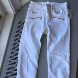 Ett par helt oanvända jeans från H&M i storlek 32. Köpta för 399, säljer för 150kr. Pris kan diskuteras!