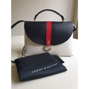 Tommy Hilfiger Bag. Very good condition, as new. Original duster bag included.