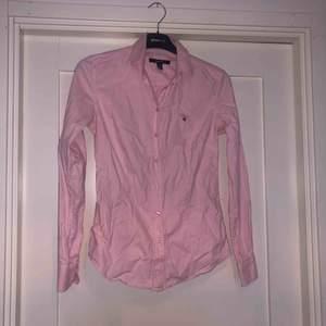 Snygg rosa skjorta från GANT. liten fläck längst ner som inte gick bort i tvätten, därav det billiga priset. Nypris 999,-. Du står för frakt ca 32kr💕💕