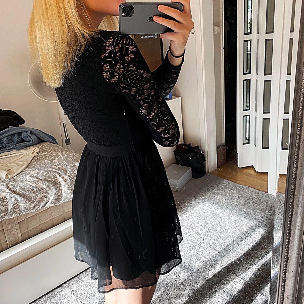 Säljer denna svarta spetsklänning från Vero Moda då den börjar bli förliten för mig, använt den på 2 julavslutningar endast. Dragkedja på sidan (kolla andra bilden) 💫 . Klänningar.