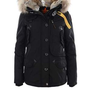 Helt ny jacka köpt för 9299 kr säljer för 5000 exakt samma jacka på bild men till färgen röd