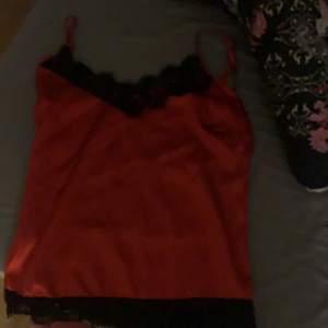snyggt rött spetslinne i silkesmaterial, från zara ordpris: 280kr