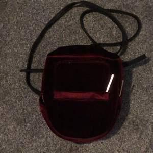 Vinröd backpack (björnborg) vilket är ganska liten. Nypris 700kr. Köparen står för frakt.