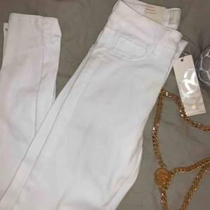 Vita stretchiga jeans från Pieces. Onavända!! Pris 150 kr plus frakt🤍🤍