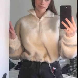 Säljer min jättefina, croppade,halfzip tröja gjort i fakeull! Den är skitcool men kommer tyvärr inte till användning. Använd sparsamt och den ser i princip som ny ut💖 Kan mötas upp eller frakta utan extra kostnad!:)