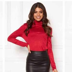 Färg: Barberry/Röd. Supersnygg glittrig tröja från VILA. Tröjan har en fin figurnära passform och passar perfekt till festen eller till vardags.