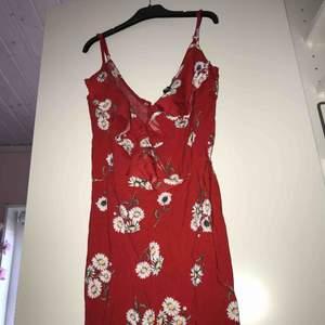 Rödbyxdress från h&m Aldrig använd, pga för liten  Köpt för: 199kr Storlek: 32/34 (xs/s)