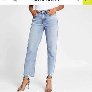 Blåa mom jeans, färgen ser väldigt olika ut på bilderna men är som bild nmr 1 i verkligheten 🥰 Sitter superbra och är i petitemodell vilket betyder att dom är anpassade för oss korta människor (jag är 160cm) skriv för fler bilder!!💞 nypris 600kr