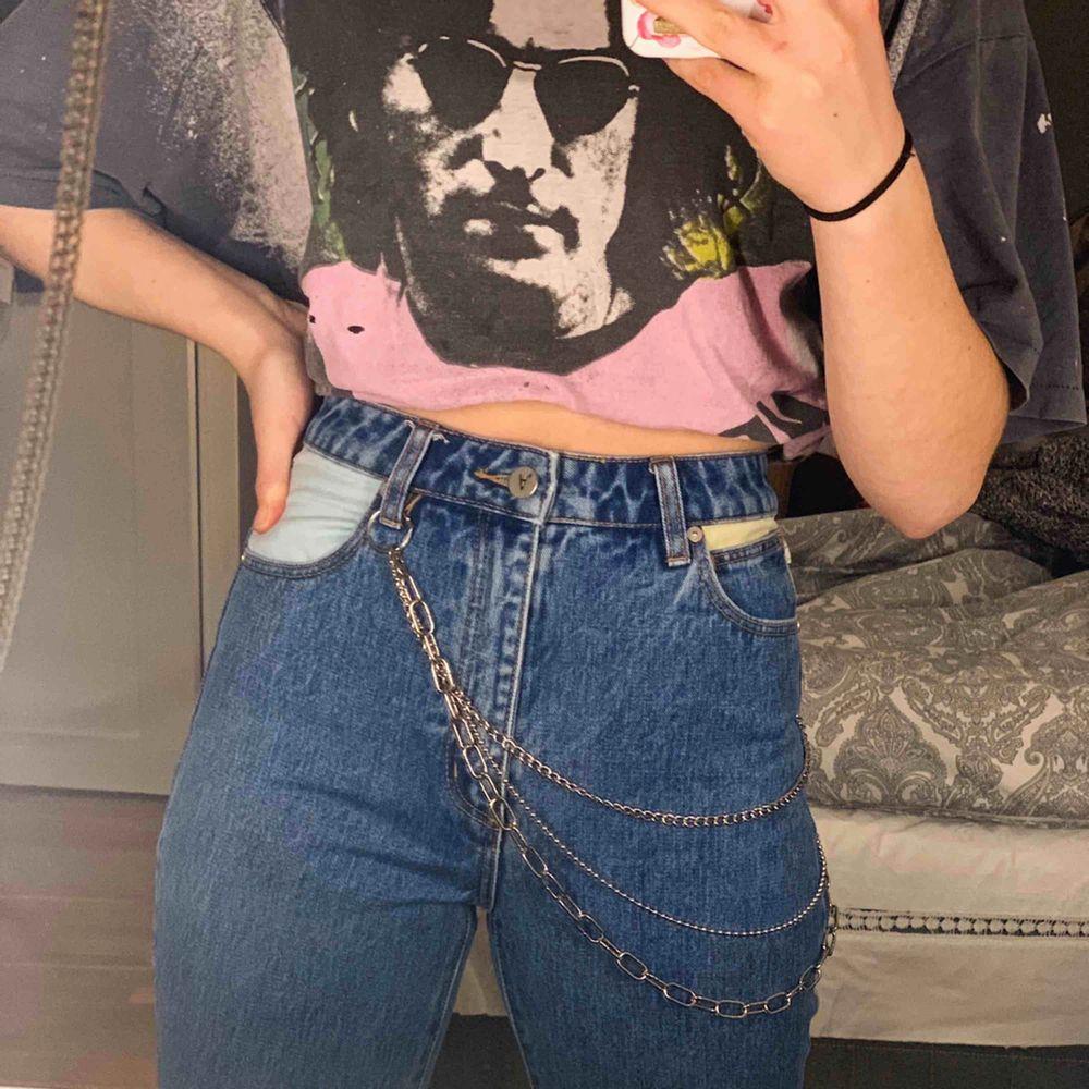 Då jag tyvärr växte ur dessa jeans alldeles för snabbt tänkte jag sälja dem😢 Köpte dessa i somras och har använt dem några gånger, men de är verkligen i nyskick! Kan mötas upp i Uppsala, annars står köparen för frakten💕 skicka PM för fler bilder. Jeans & Byxor.