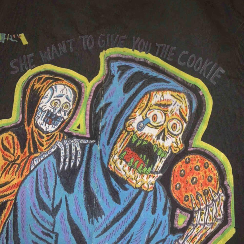 Yeezy x XXXTentacion tshirt i storlek L Pris: 1199 :-  (frakt ingår). T-shirts.