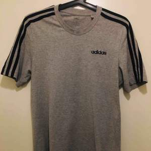 Adidas T-shirt Grå. Använd fåtal gånger. Kan mötas upp eller lämna av plagget vid dörren ifall man bor nära Kista
