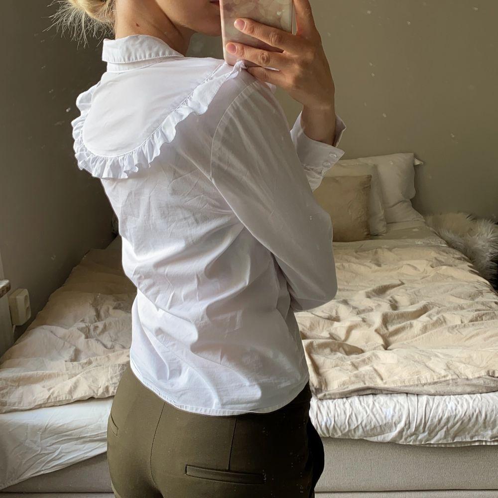 Supersöt med volanger. Väldigt kvinnlig. Finare när den är struken. Skickas mot frakt eller möts i Stockholm. Kolla gärna mina andra annonser ❣️. Skjortor.