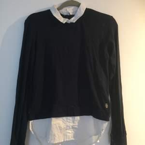En marinblå tröja som har skjort detaljer! Bra skick!