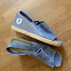Snygga som nya Charles Jourdan skor. Äkta skinn . Kilklack ca 5 cm. Frakt tillkommer med spårbart 95kr.