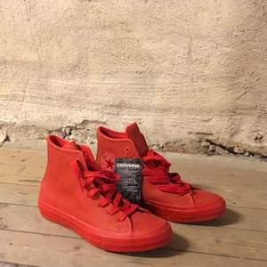 Super coola helröda converse skor som aldrig använts! Hör av er om ni har några frågor!