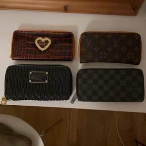 Säljer mina fina plånböcker då dom bara ligger i garderoben, inget är fel eller sönder på dom. Använda endast ett flertal gånger. Kopior ❤️ Vill ni ha bild inifrån eller andra vinklar så kan ni skriva till mig ❤️