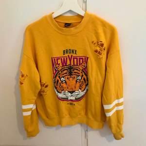 En jättefin gul sweatshirt från Gina tricot. I storlek S och i fint skick. Med riv och hål detaljer vid armarna. Frakt tillkommer som köparen står för. Priset går att diskutera. Vid frågor så är det bara att höra av sig.