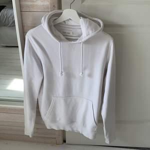 Vit hoodie använd fåtal gånger i strl XS, passar mig som är 175. Hör gärna av dig vid intresse, paketet skickas dagen efter betalning!!!
