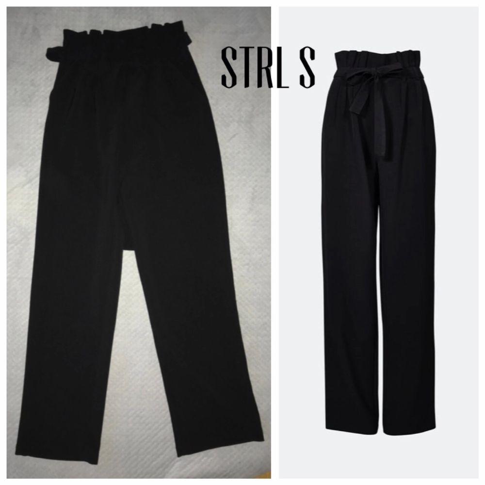 Svarta, passar strl 34-40 då de är stora i storleken . Jeans & Byxor.