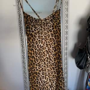 En jätte snygg oanvänd klänning, djup i ryggen. Passar perfekt nu till sommaren! Storlek medium men passar mindre oxå