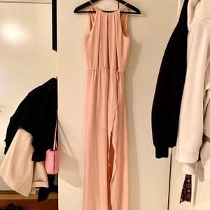 Säljer en jättefin långklänning från Gina Tricot som man både kan använda som en finklänning/balklänning och en vanlig långklänning. Den är i en ljusrosa färg och i fint skick då den endast är använd en gång på en bal. Säljer den för 400kr plus frakten 💕