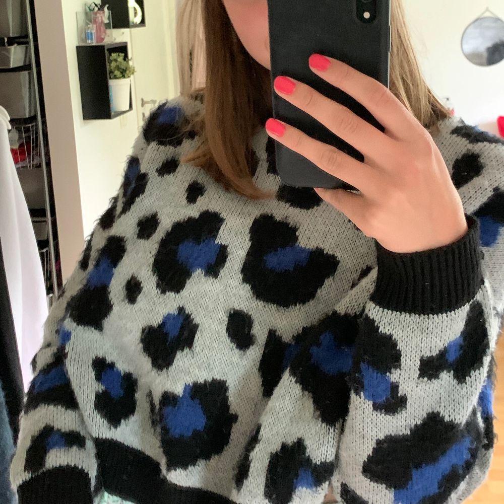 Vit, blå och svart stickad tröja som är ifrån primark, den är använd men i bra skick, det är 2XS men jag har s i vanliga fall så passar mindre och större än s, skriv för frågor, kan byta. Stickat.