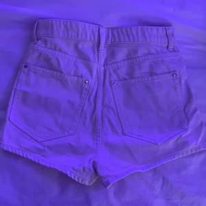Shorts från HM i storlek 36 i en benvit färg, nästan Cream färgad och i väldigt bra skick❤️ budgivning i DM