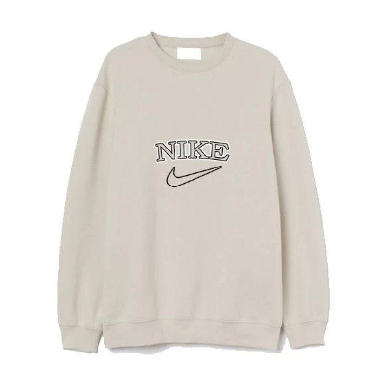 Tänkte kolla om någon här är intresserad av att köpa sweatshirts i dessa färger. Min syster bor i England och kan frakta hit billigt, dessa är billigare där💕 skriv privat om du har några funderingar🥰. Huvtröjor & Träningströjor.