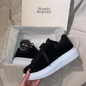 Splitter nya äkta Alexander McQueen skor i svart suede köpta på Farfetch. Endast använda en gång (skriv för fler bilder) Nypris: 5004kr, buda i kommentarerna eller köp direkt för 3800kr (köparen står för frakt)