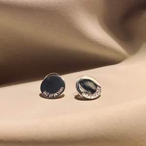 Fina örhängen från Snö of Sweden. Aldrig använda, men de har legat i mitt smyckeskrin i ett par år så de har fått några repor. Det är dock inget som syns om man inte tittar nära! De är cirka 1 cm i diameter. Skickas i en fin liten presentpåse. Frakt på 12kr tillkommer! 🌻