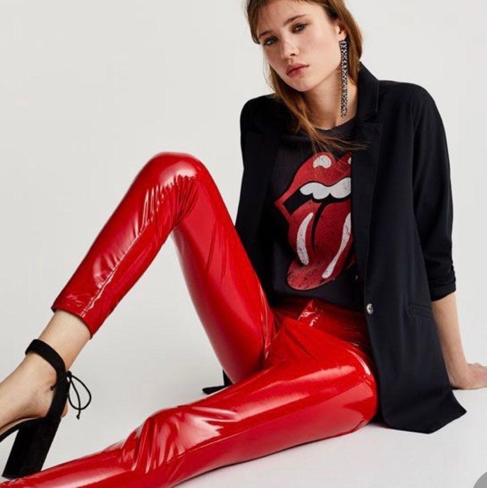 Jättesnygga röda lackbyxor! Samma som på bild 2 & 3 fast röda! Sitter som en smäck. Jeans & Byxor.