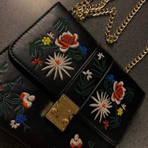 jättesöt fake läder handväska med broderade blommor! Lång guldkedja som axelrem, säljes då den inte kommer till användning 💕