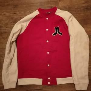 Röd Baseball jacka/kofta från märket Wesc. ⚾Säljer då jag inte använt den på länge.   Bud från 150 kr ☺️