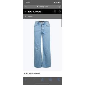 Jeans från carlings egna märke KARVE. Dom är i modellen K FD WIDE. Dom är i storlek m. Är i väldigt fint skick. Dom finns inte kvar att köpa på carlings och nypriset är 700kr.