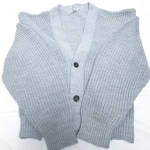 Oversized grå stickad kofta från Urban Outfitters i storlek Medium. Perfekt till våren😎🌼