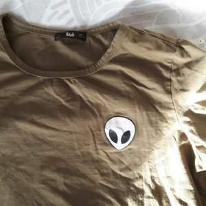 Jättesöt oanvänd alien top som trendade cirka 2013! Detta är en must have I subkulturen 'Scene's garederob, men passar även bra till en mer casual klädstil. Frakten ingår!♡