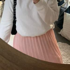 superfin rosa veckad kjol, knappt använd! svårt att visa färgen på bild men skulle säga att andra bilden visar bäst. slutar runt knäna på mig som är 162cm. 💘