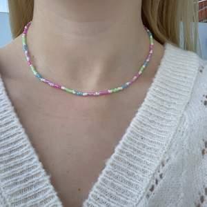 Flerfärgat pärlhalsband med små pärlor💚💜💞💙🤍🦋🍬🤩🥺 halsbandet försluts med lås och tråden är elastisk