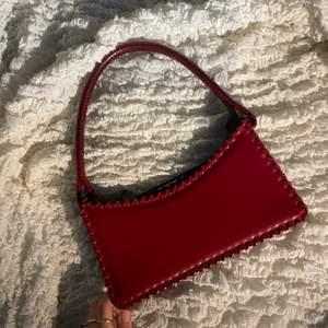 Jättefin rödväska som tyävärr inte kommer till någon användning. Aldrig använt. Köparen strå för frakten som är 62kr. Hör av er vid fler bilder❤️