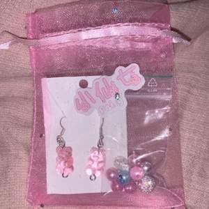 Nickelfria gummibjörns örhängen + sticker, organiserings påse och pärlor ☺️!FRI FRAKT! Instagram: mp_smycken ❤️