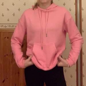 Superfin rosa hoodie, använd ett fåtal gånger. Superfin, finns pyttelite nopprar men syns knappt. Lappen säger XS, men passar mig som är en S/M superbra. Hör gärna av dig vid intresse! 🥰 ÖPPEN FÖR FÖRHANDLING OM PRIS