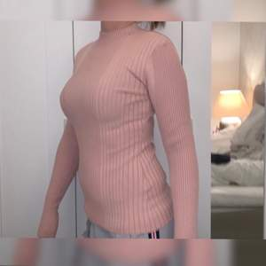 Säljer en Beige rosa tröja för 50 kr. Storleken är XS. Köpt för 300 kr.