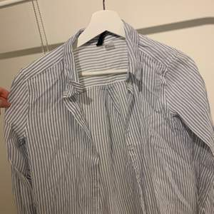 Jättefin skjorta i storlek S. Den är jättefin till att knyta till en fin topp. Har använt den 2-3 gånger så den är i ett jättebra skick.